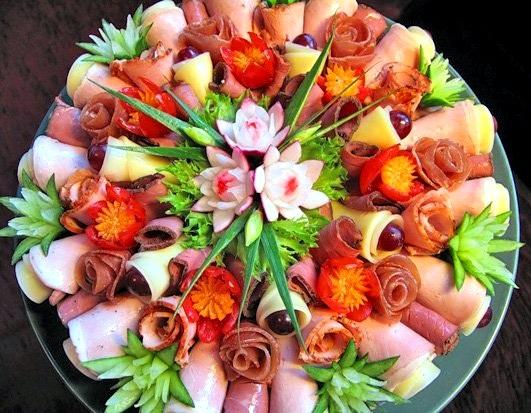 Украшение цветочками вырезанными из колбасы и сыра