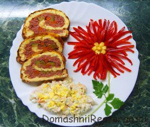 Украшение красной «астрой» порции яично-мясного рулета