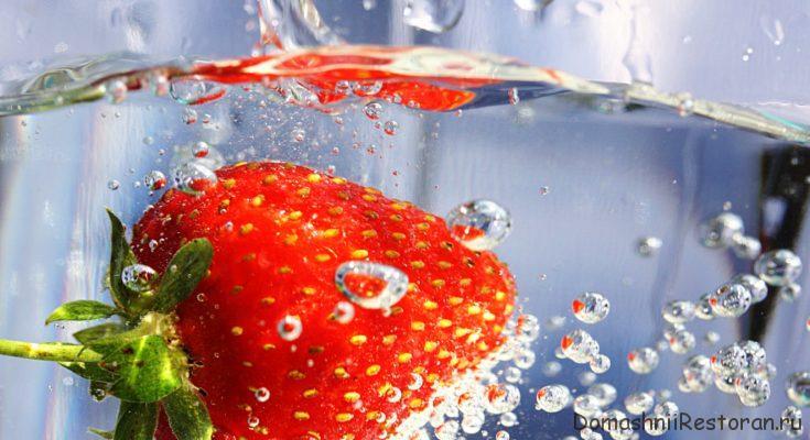 ягода клубничка в воде плавает