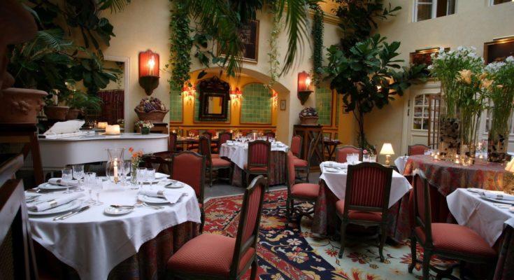красивый уютный зал ресторана