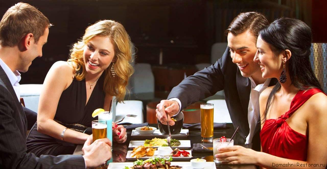 люди кушают в ресторане