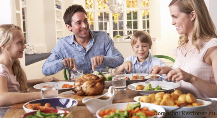 люди кушают за столом