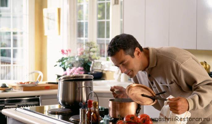 мужчина у плиты