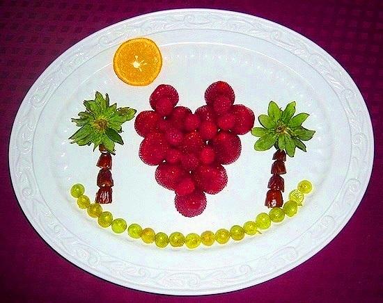 праздничная тарелка с ягодами