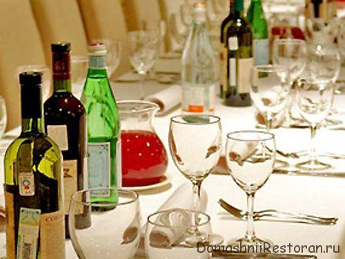 сервированный стол в ресторане со спиртным