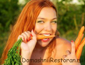 женщина откусывает морковь она на диете