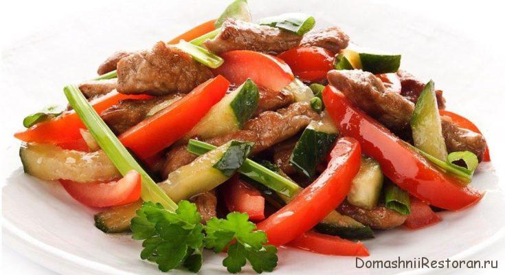 Холодное отварное мясо с помидорами и стручковым перцем