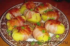 Картофель фаршированный, запеченный в беконе