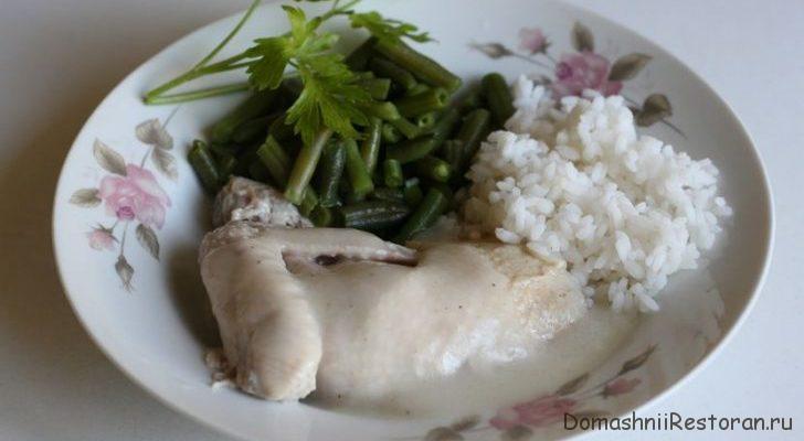 Курица отварная под белым соусом с рисом