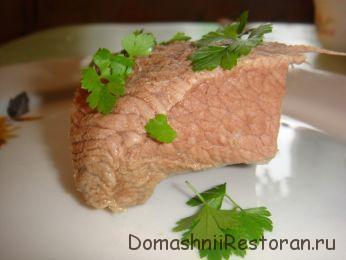 Мясо отварное с тушеной свеклой