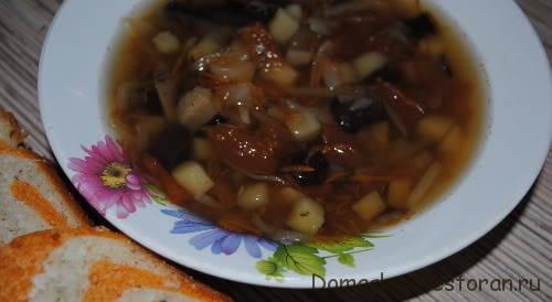 Суп картофельный с грибами и черносливом