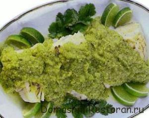 Холодный лосось под зеленым соусом