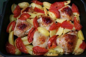 Курица запеченная с картофелем, помидорами и сметанным соусом