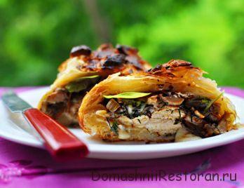 Куриное филе «Веллингтон» с грибами, жареным луком и сыром в оболочке из пресного слоеного теста