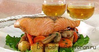 Свежий лосось с зеленью петрушки