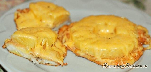 Запеченная куриная отбивная с сыром и ананасом