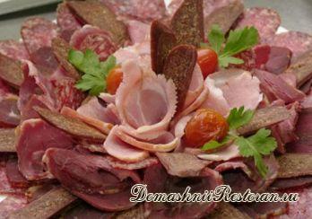 Холодное отварное мясо с грибами и огурцами