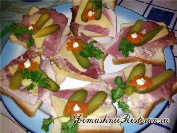 Коктейльный бутерброд с ветчиной и огурцом