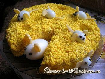 Рыбный салат «Мимоза» с украшением веселыми мышками