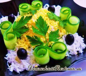 Салат «Кальмары с сыром и чесноком»
