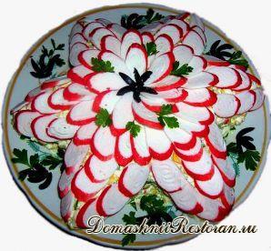 Салат «Крабовая звезда» с украшением ломтиками крабовых палочек