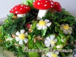 Салат «Лесная сказка» (с украшением «грибочками» из сладкого красного перца и белых стеблей лука)