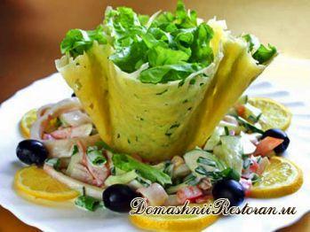 Салат из кальмаров в сырной корзиночке