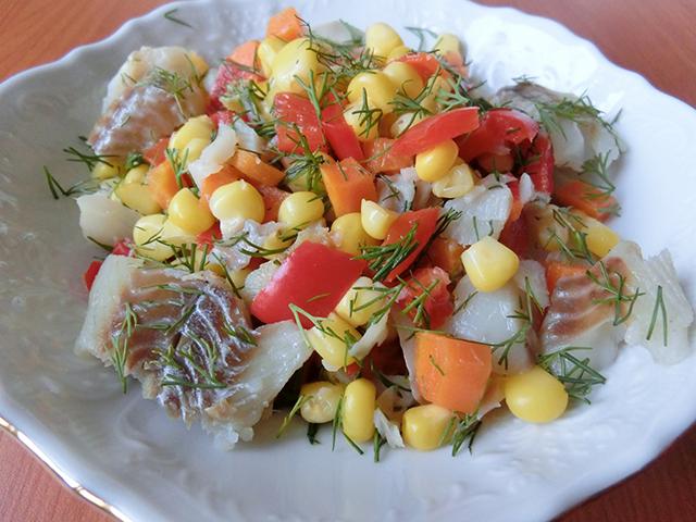 Салат из овощей с рыбой