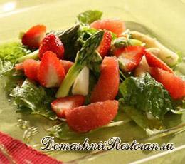Салат из спаржи с клубникой