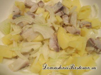 Салат картофельный с яблоками и сельдереем