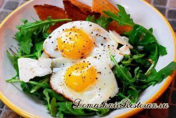 Салат на завтрак: яйца на рукколе с пармезаном
