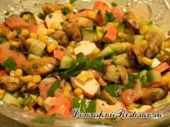 Салат с горбушей, крабовыми палочками и мидиями
