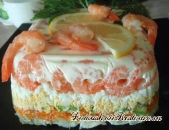 Слоеный салат-торт с авокадо, овощами и креветками