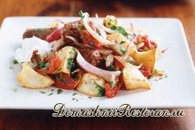 Теплый картофельный салат с сосисками