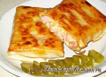 Закусочные конвертики из лаваша с колбасой, луком и сыром