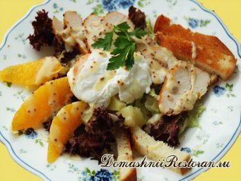 Горячий салат с курицей и яйцом-пашот