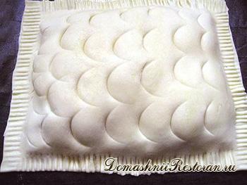 Горячий закусочный торт с лососиной под соусом морнэ