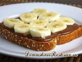 Бутерброд с шоколадной пастой и бананами