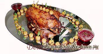 Гусь, фаршированный мясом и белыми грибами, с клюквенным соусом