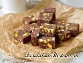 Шоколадная помадка с вареной сгущенкой и орехами
