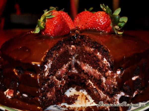 Торт-шоколад с клубникой