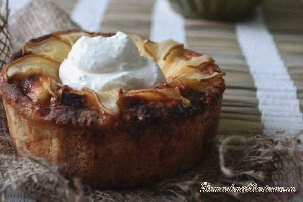 Творожный мини-пирог с грушами, медом и сметанным кремом