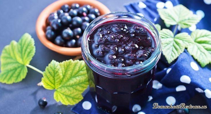 Основное богатство ягод черной смородины — аскорбиновая кислота (витамин С), которая хорошо сохраняется даже при длительном хранении, Кроме того, эта ягода содержит витамины B1, B2, В9, Р, К, каротин, а также много сахаров и органических кислот (лимонная, яблочная). В ней есть пектины, дубильные вещества, кумарины (нормализуют свертываемость крови), противосклеротические вещества. Смородина богата солями магния и железа. Ягоды смородины усиливают деятельность коры надпочечников. Она применяется при умственной и физической усталости, вялости, пониженном артериальном давлении, ослаблении реакций иммунитета. Ягоды черной смородины используют для приготовления варенья, компотов, соков и др. Лучшими сортами для варенья, компотов и т. п. являются Лия плодородная, Кент, Неаполитанская. ВАРЕНЬЕ ИЗ ЧЕРНОЙ СМОРОДИНЫ (1 способ) Ягоды перебрать, удалить плодоножки и сухие остатки цветка. Ягоды черной смородины имеют толстую и плотную кожицу, поэтому они сравнительно медленно пропитываются сиропом и при неправильной варке становятся жесткими и сморщенными. Чтобы избежать этого, ягоды предварительно, до варки варенья, следует прокипятить в воде в течение 3 минут, после этого охладить в воде, а воду слить. Подготовленные таким способом ягоды опустить в кипящий сироп и варить при непрерывном кипении в течение 5—8 минут, снимая пену. В дальнейшем варку производить при слабом кипении, наблюдая, чтобы варенье не пригорело. На 1 кг ягод — 1,5 кг сахара, 200 мл воды. ВАРЕНЬЕ ИЗ ЧЕРНОЙ СМОРОДИНЫ (2 способ) Ягоды перебрать, тщательно вымыть, погрузить на 2—3 минуты (в зависимости от плотности кожицы) в кипящую воду, после чего залить кипящим сиропом. После заливки ягод сиропом тотчас приступить к варке. Варить варенье надо в два приема с перерывом в 5—6 часов. На 1 кг ягод — 1,5 кг сахара, 2 стакана воды. Для кислых сортов смородины сахара понадобится больше — 1,75 кг. ГОРЯЧЕЕ ПРИГОТОВЛЕНИЕ ЧЕРНОЙ СМОРОДИНЫ С САХАРОМ (1-й способ) Ягоды промыть, высыпать в эмалированную кастрюлю с кипящим 