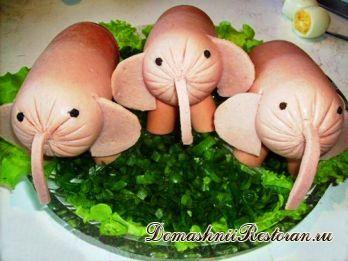 Украшение детского блюда «Слоники на зеленом салате»