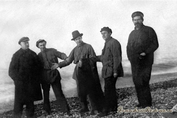 Сергей Есенин (в центре) на Кавказе