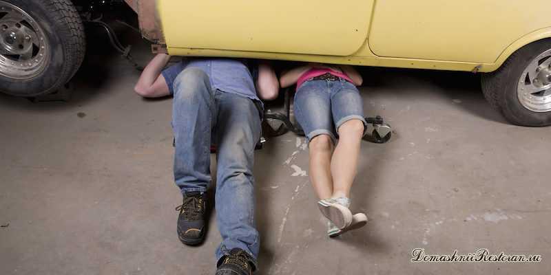 муж и жена чинят автомобиль