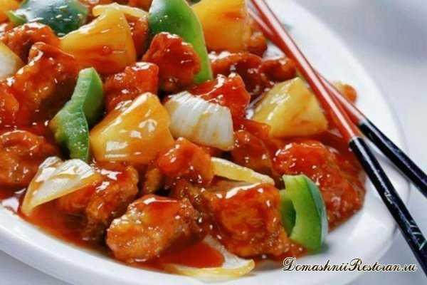 Куриное филе с тушеными овощами в томатном соусе
