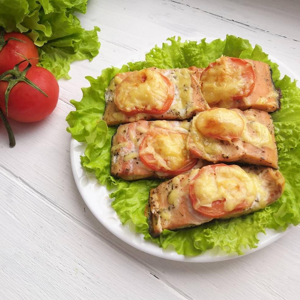 Горбуша, запеченная с помидором и сыром