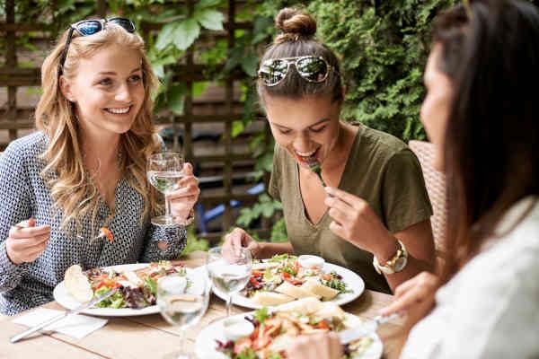 девушки обедают в ресторане