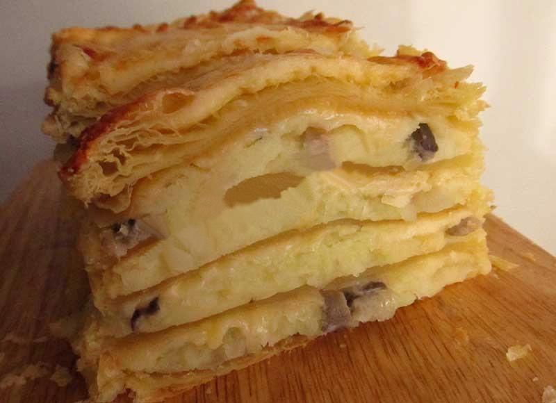 Пирог с картошкой и грибами из слоеного теста
